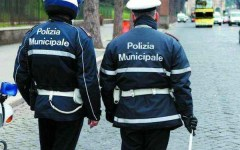 Firenze: vigile insegue venditore abusivo, cade e si frattura