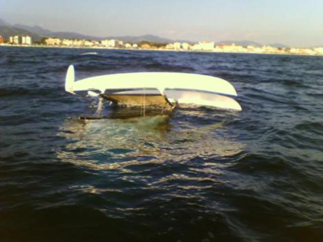 Il catamarano rovesciato in Versilia