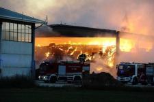 Il fuoco alimentato dal vento si è propagato dalle sterpaglie al prefabbricato