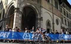 Le strade di Firenze si colorano d'arancione: vince l'olandese Van Dijk