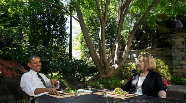 Hillary Clinton e il presidente Obama a pranzo lunedì 29 luglio 2013 (Official White House photo by Chuck Kennedy)