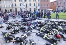 I vigili del fuoco distesi in piazza dei Miracoli a Pisa