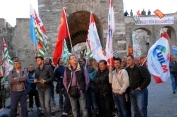 Il presidio dei sindacati della Lucchini