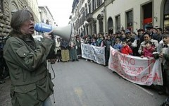Casa, attivisti negli uffici del Comune contro lo sfratto di una famiglia