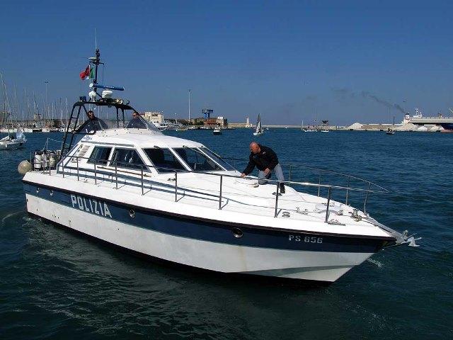 Motovedetta della Polizia al porto di Livorno