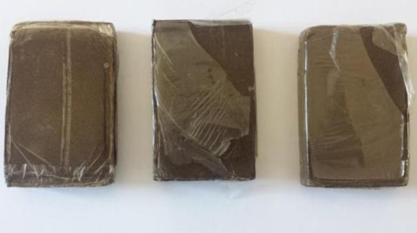 Alcuni dei panetti di hashish sequestrati