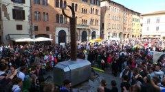 Il gigantesco martello di Thor in piazza San Michele a Lucca