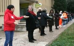 Rosignano, catena umana per il trasloco della biblioteca