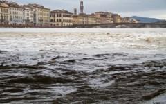 Arno in piena a Firenze e Pisa. Ma sotto il livello di guardia. Toscana: allerta meteo fino alle 17 di mercoledì 17