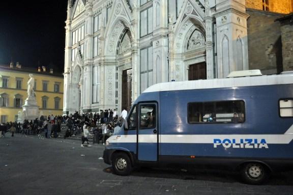 Controllo notturno in piazza Santa Croce a Firenze