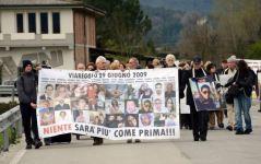 Strage di Viareggio, i familiari arrivano al processo in corteo
