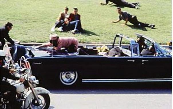 23 novembre 1963: il presidente Usa John Kennedy è stato appena colpito a morte a Dallas