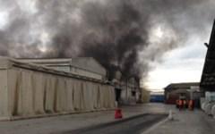 Maxi incendio in un capannone a Livorno