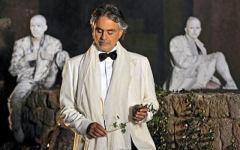«Celebrity Fight Night»: Bocelli, Sofia Loren e 100 vip per la cena a Forte dei Marmi da 5 milioni di dollari