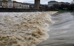 Firenze, Arno da paura: 4 metri e 32 agli Uffizi!