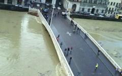 Pisa, spallette dell'Arno: studentessa cade di sotto e si frattura