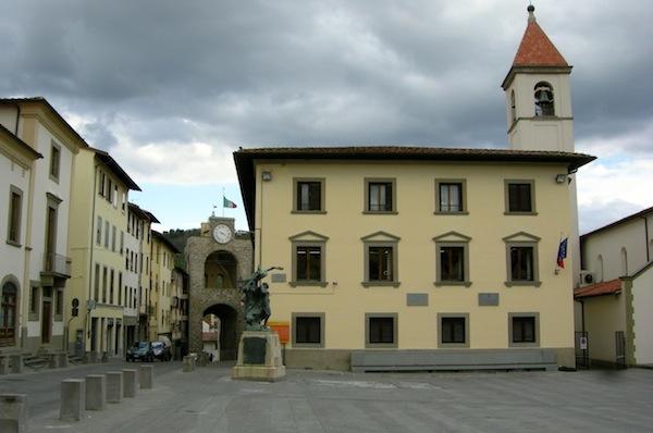 La piazza del comune di Pontassieve, comune dove vive il premier