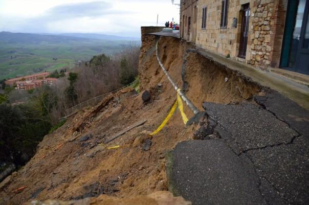 Una parte delle mura crollate a Volterra per il maltempo