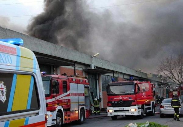 Incendio capannone cinese a Prato