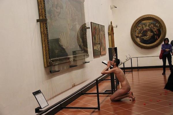 Il momento in cui il giovane spagnolo si inginocchia davanti alla Venere  (foto per cortese concessione di Susanna Mantovani)