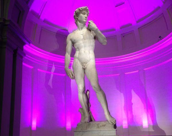 Il David con la tribuna illuminata di rosa per il Galà delle rose