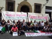 Gli ambulanti di piazza San Lorenzo si sono incatenati per protesta
