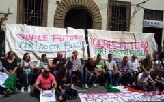 Si incatenano gli ambulanti di San Lorenzo. Dialogo tra sordi con il Comune di Firenze