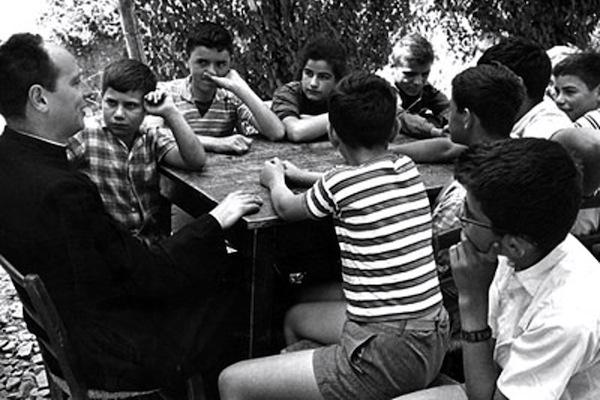 Don Lorenzo Milani con i suoi ragazzi nella scuola di Barbiana