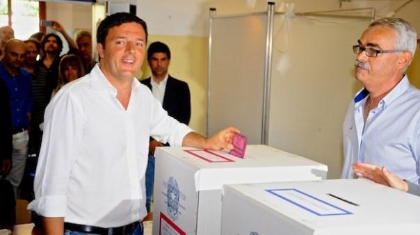 Matteo Renzi mentre vota stamani a Pontassieve