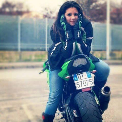 Helena Pranci Torcasso sulla moto (foto dal suo profilo Facebook)