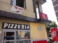 L'ex albergo occupato in via Baracca, si trova sopra una pizzeria
