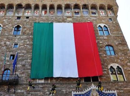 Parata del 2 Giugno a Firenze, il maxi tricolore steso su Palazzo Vecchio dai vigili del fuoco