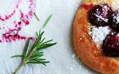 Focaccia al rosmarino e ciliege