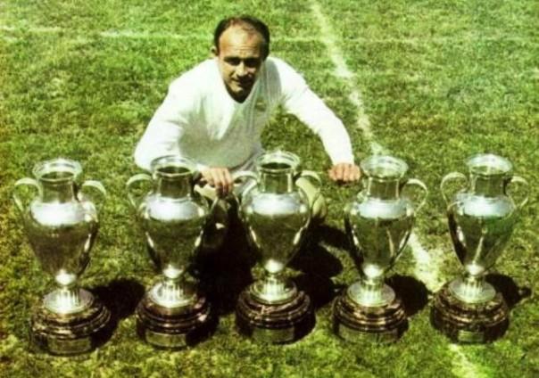Alfredo Di Stefano con le cinque coppe dei Campioni vinte durante la sua straordinaria carriera