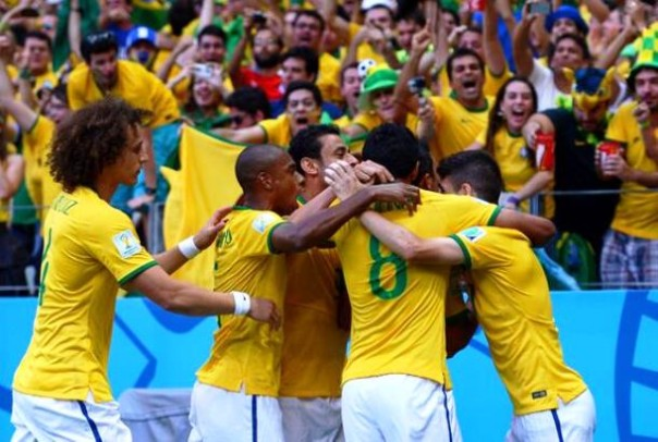 Brasile-Colombia, esultanza dei verdeoro dopo il gol di Thiago Silva