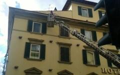 Firenze: crolla un cornicione, dramma sfiorato in via della Scala