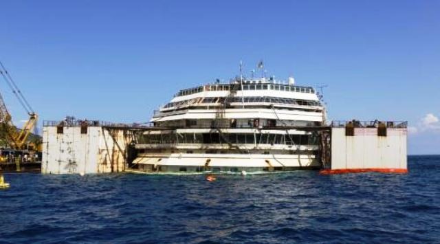 Il relitto della Costa Concordia, di nuovo a galla