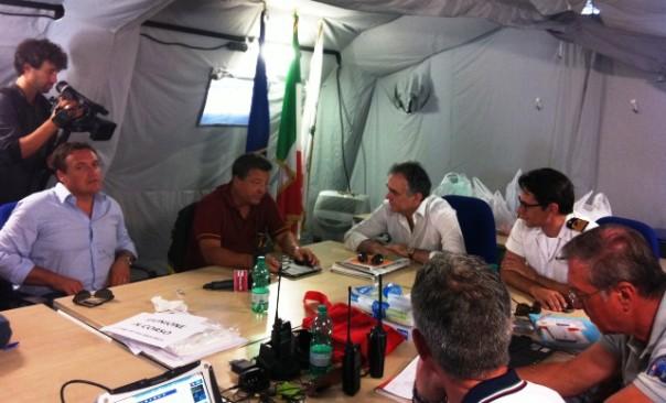 Giglio 25 luglio 2014. Enrico Rossi ascolta il comandante dei Vigili del fuoco di Grosseto, Ennio Aquilino