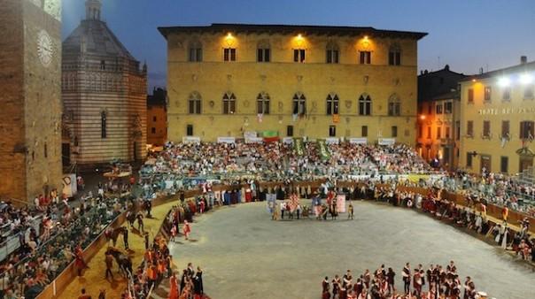 Piazza del Duomo, a Pistoia, durante una recente edizione della Giostra dell'Orso (dal sito www.giostradellorso-pistoia.it)