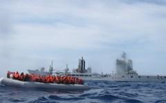 Migranti, proposte UE: distribuire l'accoglienza in tutti i 28 Paesi aderenti. E distruggere i barconi