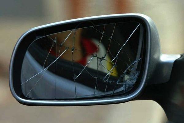 La classica truffa dello specchietto rotto