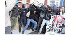 Renzi con gli industriali, contestato a Brescia. Negli scontri feriti un poliziotto e un carabiniere