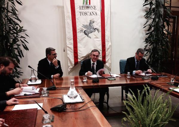 Il momento della firma al protocollo d'intesa fra Enrico Rossi ed i rappresentanti di imprese e sindacati
