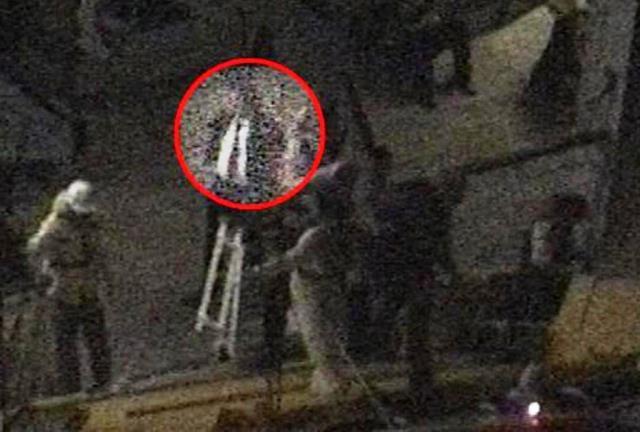 Il fermo immagine del video in cui Schettino attende la scialuppa di salvataggio