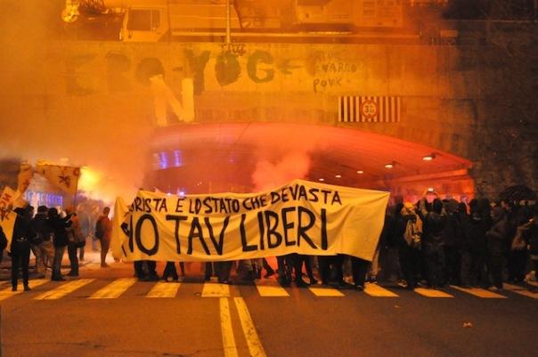 I manifestanti No Tav in via Circondaria a Firenze