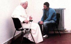 Ali Agca va in Vaticano sulla tomba di Giovanni Paolo II. Poi viene espulso dall'Italia
