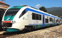 Firenze, incendio sulla ferrovia a Campo di Marte. Pendolari bloccati a bordo di due treni