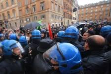 Scontri in piazza a Roma per l'approvazione del Jobs Act