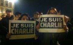 Strage al Charlie Hebdo, a Firenze centinaia in piazza. «Non smettete mai di disegnare»