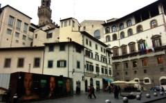 Firenze, bancarelle all'uscita degli Uffizi. È polemica tra il direttore del museo e il comune